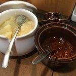 福気 - 卓上の薬味は豆板醤とニンニク。