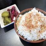 茨城タンメン カミナリ - ライスにふりかけと漬物