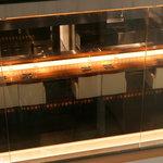 藤丸 - ガラス越しのカウンター席は、開放感満点!