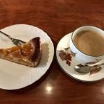 cafe 螢明舎 - カフェオレ600円とあんずのタルト500円