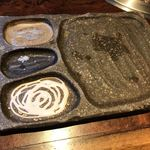 焼肉萬野ホルモン舗 - お皿も凝ってます ※左下、マヨネーズソースかと思ったよ