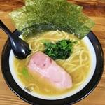 78886974 - ラーメン(太麺)680円麺硬め。海苔増し50円。