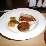 78888386 - 薩摩赤鶏のモモ肉、黒毛和牛ハンバーグの鉄板焼です。