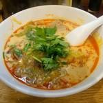 寅馬 - 麻辣湯、具はレタス、豚モツ、麩、パクチー。37度