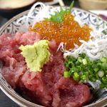 魚市場食堂 - メインの「まぐろのすきみ丼」には、まぐろの剥き身のほか、シラス、イクラなどがトッピングされて旨そうな予感満点!