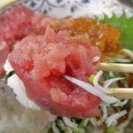 魚市場食堂 - マグロの剥き身は赤身ならではの美味しさが強く感じられ、合間に青魚ならではのうまさ満点なシラス、プチプチとした食感と濃厚なウマさなイクラの風味が合わさって美味しさに大満足!