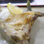 魚市場食堂 - ぶりの鎌焼きは、ジューシーな脂のうまさと柔らかな食感が癖になるデカめな一品。
