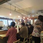 東京焼鳥と野菜巻きの店 Hayato to Hinata - 焼き場を囲むカウンター席と掘り炬燵式テーブルの小上がりがあります。