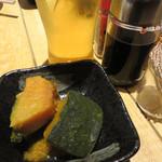 東京焼鳥と野菜巻きの店 Hayato to Hinata - 生ビールで乾杯。お通しはカボチャの煮物でした。