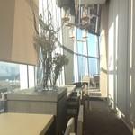 シエル・アジュール - 奥の座席から店内中心部に向かっての眺め