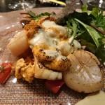 78904142 - 鯛のソテーと帆立貝柱、雲丹の炙り 白ワインとバルサミコのソースで ※オマール海老の代替料理