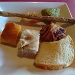 ランテルナ - 料理写真:シナモンパンやチーズパンなど一通り