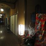 三宜楼茶寮 - 玄関を上がった空間と廊下