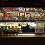 丸福珈琲店 - ケーキ類のショーケース