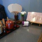 釜上げうどん 二葉 - テーブル席に団扇があるのは面白い