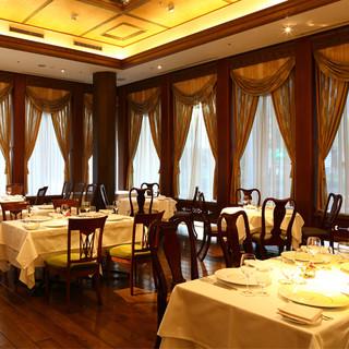 繊細なステンドグラスが煌めく、優美なアールデコ調の美食空間