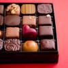 デカダンス ドュ ショコラ - 料理写真:2018.1/20~ショコラトリーの本番。バレンタイン限定ショコラがセットされたボンボンショコラアソートメント5,200円(税別)