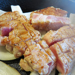 豚ステーキ専門店 かっちゃん - 熱々のスキレットでじゅーじゅー言ってる豚ステーキと玉葱。