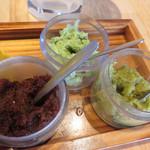 豚ステーキ専門店 かっちゃん - 2種類のタレと卓上の調味料で味わいます。
