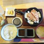 豚ステーキ専門店 かっちゃん - 豚ステーキセット 1,080円。 ご飯とお味噌汁はおかわり自由です。
