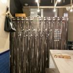 クラフトキッチン - 壁一面がビールサーバーになっています