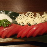 鉄板焼×ダイニング かのん - トマトスライス(330円)。 普通のメニューなんですが、塩をつけて食べるトマトが美味しいのです(*^_^*)
