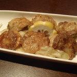 鉄板焼×ダイニング かのん - ホタテとバターの鉄板焼き(650円)。 衣っぽくついているソースのおかげで味がよくしみてます。