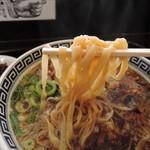 78931699 - 麺は平打ち太麺縮れ麺、加水率は中高級。  ビラビラ特徴的な舌触り。