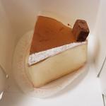 洋菓子のファームソレイユ - デンマークスフレチーズケーキ 360円 上のチョコは生チョコケーキのものと思われます