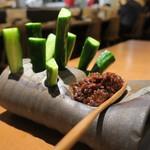 炉ばた えんてんか酒場 - お通しの肉味噌キュウリ