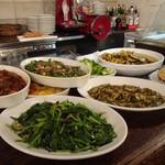 イル・バーカロ - カウンターに置かれた大皿料理