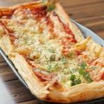 お肉と魚と貝のどれもこれも - 明太ベーコンサックサクピザ
