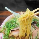 らーめん2国 - 2国のデフォの豚骨醤油には太麺が合う!