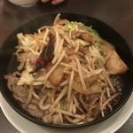 紅虎餃子房 - 羊肉の鉄板炒め