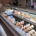 パティスリーサリュー - お店のショーケースには見るだけでも楽しくなりそうな色鮮やかなケーキが並んでました。
