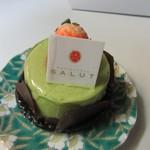 パティスリーサリュー - ピスターシュ480円。  ピスタチオを使ったババロアの中に木苺とフランボワーズのクリームを詰めてあります。