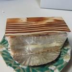 パティスリーサリュー - ミゼラブル400円。  ダックワーズ生地に軽めのバタークリームをサンドしたトラディショナルなケーキです。