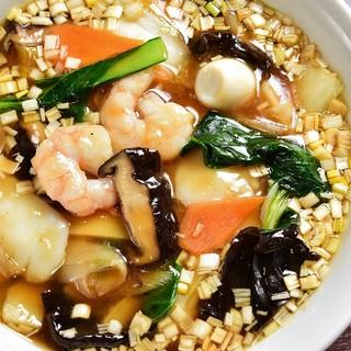 旬の野菜をふんだんに使った中華麺