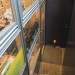 神田小川町 幻のイタリアン カンティーニ - 地下のお店の入口は狭い