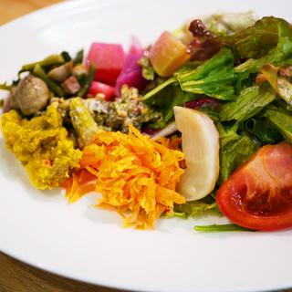 サラダは産地直送の無農薬野菜を使用