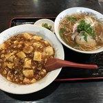新生飯店 - 料理写真:麻婆丼とラーメン ※四角いトレイでの提供