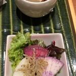 78954929 - 上:湯豆腐、下:彩り大根とじゃこのサラダ