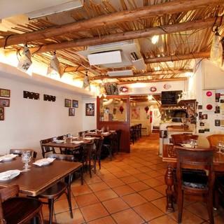 気兼ねなく食事を楽しめる地中海風の店内、フロア貸切27名様~