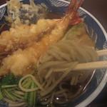 紅葉川 - 蕎麦を手繰る(湯気で曇る)