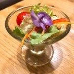 九州 弁天堂 - サラダ♪花はエディブルフラワーです。