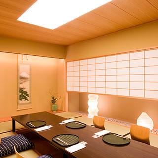 ほのかに灯る明りの中の、洗練された個室空間