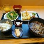 78969337 - 揚げたての天ぷらや蕎麦も提供されます。