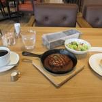 緑と風の珈琲館 ウミノ - 暫く待つと注文したハンバーグランチ1000円の出来上がりです。