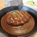 緑と風の珈琲館 ウミノ - ランチのハンバーグは煮込みタイプのハンバーグ、美味しいデミグラスソースがたっぷりなんで添えられたパンがとても美味しかったです。