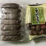 黒棒本舗 - 左 黒棒14本入り=203円? 右 えんどう豆かりんとう=250円